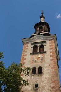 Ostrovná kostolná veža zblízka